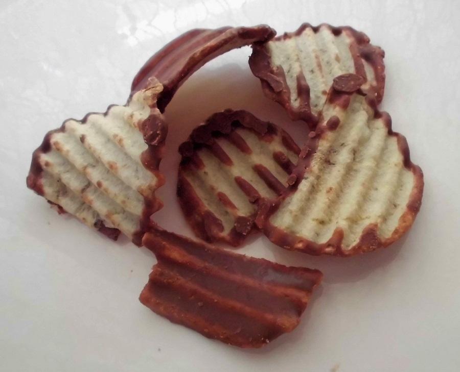 royce potatochip chocolate3 .jpg